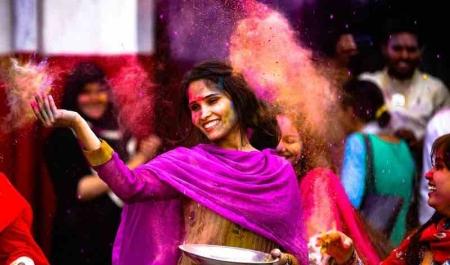 Deniz Pehlivan Hindistan Holi Festivali'nde Neler Yaşadı?